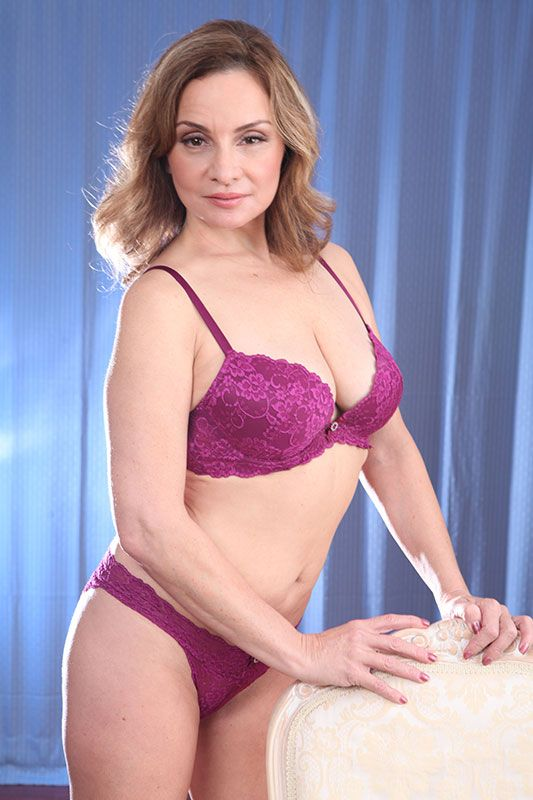 Aged French pornstar Rebecca Bardoux freeing big mature tits from lingerie № 406326  скачать