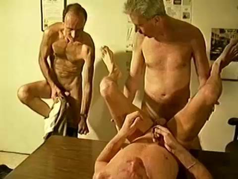 Would bonus muscle jock threesome with cumshot demanding woman who enjoys