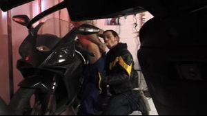Horny Motorcycle Mechanic Pounces on Customer.